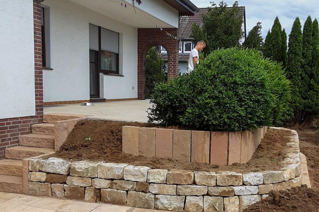 Terasse mit Mauern verziert und gestützt