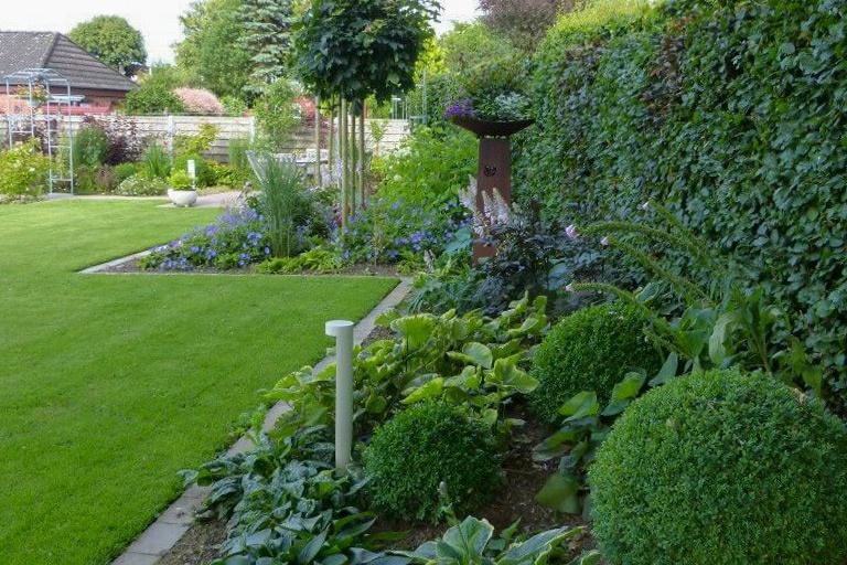 Rasen mit schöner Bepflanzung