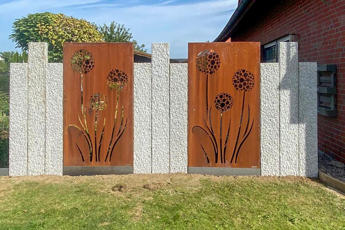 Zaun mit Blumenmotiven