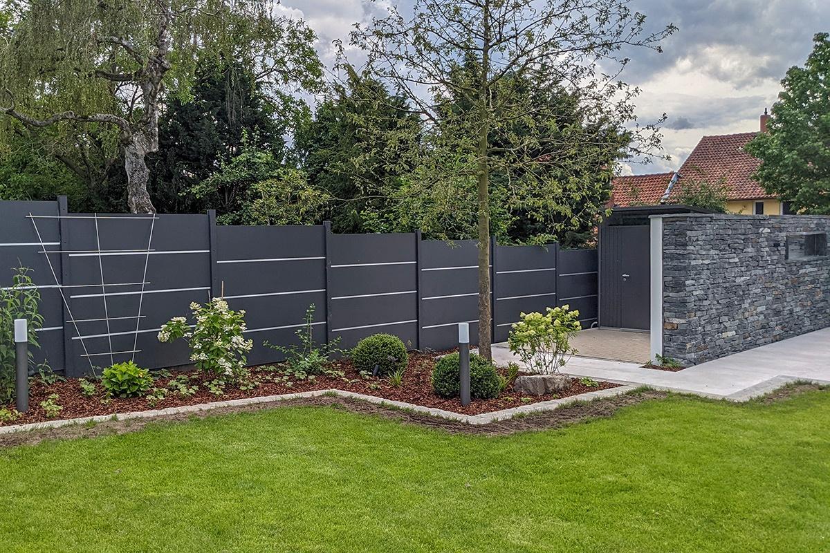 Zaun in schönem Garten