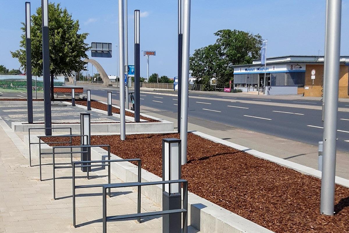 gestalteter Flaggenbereich mit Fahrradständer