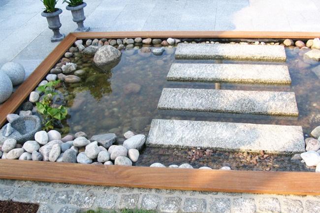 Privater Garten mit kleinem Wasserbereich